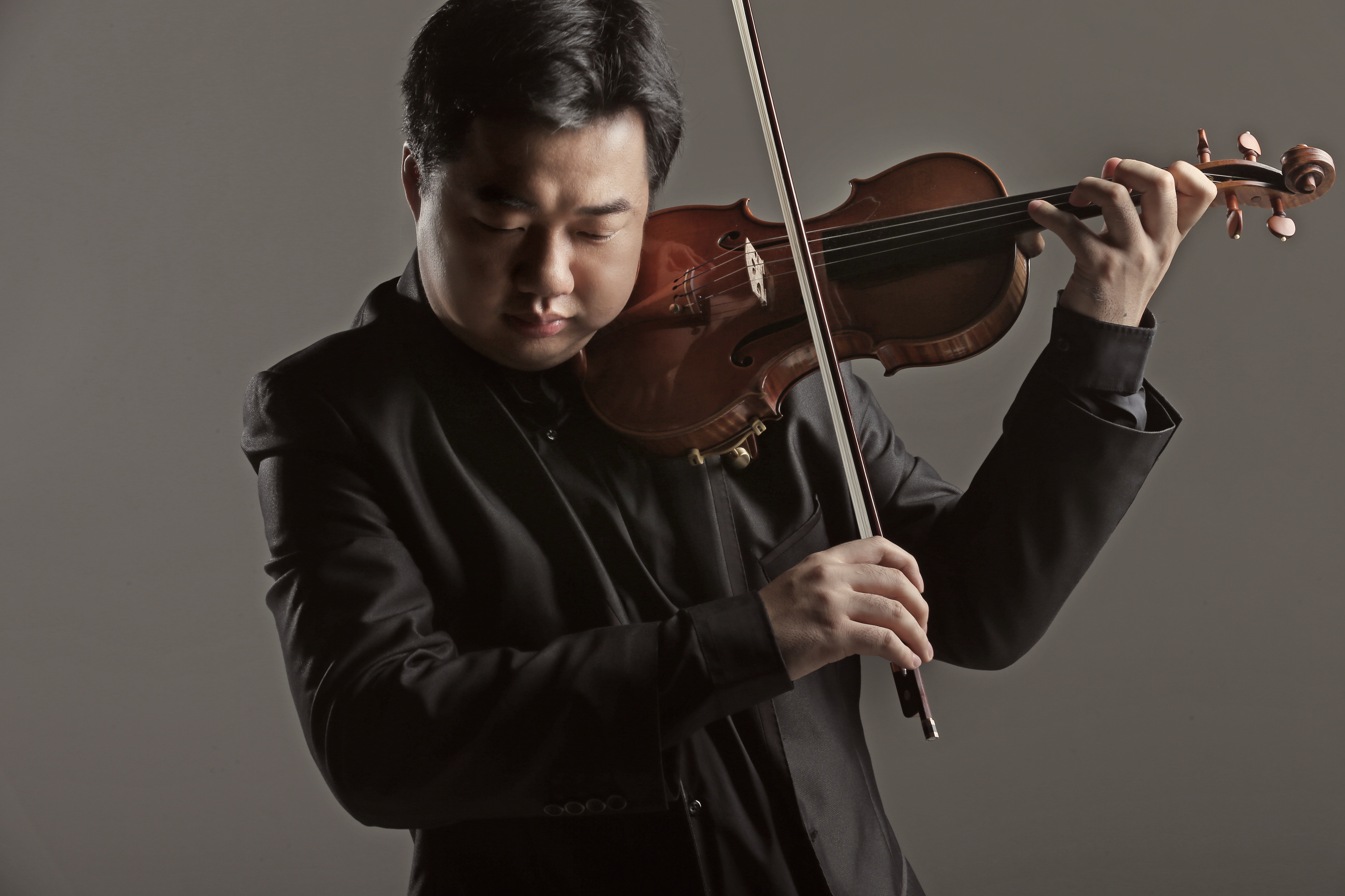 Internationally-acclaimed violinst Ning Feng, photographed by Lawrence Tsang