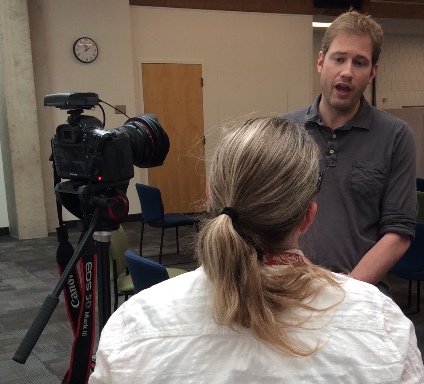 Canadian violinist Jonathan Crow meets the press, giving an interview about Morningside Music Bridge.